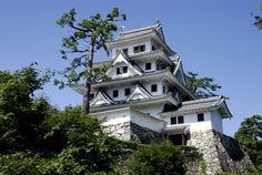 郡上八幡城 Gujō Hachiman Castle Japanese Castle, Japanese Temple, Japanese Art, Wooden Castle, How To Do Yoga, Beautiful Places, Mansions, Architecture, House Styles