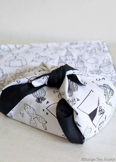Furoshiki or how to do without gift wrap [DIY Zéro Déchet] Baby Gift Wrapping, Gift Wraping, Furoshiki, Project, Fukushima, Diy Toys, Hostess Gifts, Diy Cards, Diy For Kids