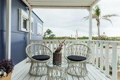 Mobil-Home de alquiler, con vistas al mar. Decoración estilo Navy. Se permiten mascotas. Hanging Chair, Sea, Furniture, Home Decor, Ocean Views, Camper Van, Pets, Houses, Decoration Home