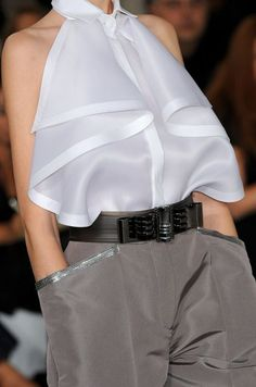 Gianfranco Ferre -Spring Summer 2009 Love this Blouse. Moda Fashion, High Fashion, Womens Fashion, One Direction Shirts, Kleidung Design, Cut Up Shirts, Matching Couple Shirts, Mode Top, Fashion Details