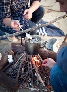 campfire perfect Bright summer picnic filled with colorful fun! Arts and crafts for your company picnic college event or school carnival mic. Camping Life, Camping Meals, Camping Hacks, What Katie Ate, Beach Bonfire, Winter Camping, Summer Picnic, The Ranch, C'est Bon
