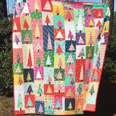 Christmas tree patchwork quilt by ❤️ Pattern is Modern Improv Tree by Diary of a Quilter Christmas Tree Quilt, Christmas Patchwork, Christmas Quilt Patterns, Christmas Sewing, Christmas Quilting, Purple Christmas, Christmas Tables, Coastal Christmas, Xmas
