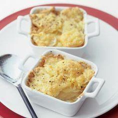 Eénpersoons aardappelgratins, recept uit Allerhande 13 2009: aardappelen, geraspte belegen kaas, knoflook en slagroom. 4 personen | Bereiden: 20 minuten | Wachten: 50 minuten | Vegetarisch