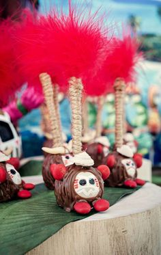 Kakamora Cakepops / Moana Party - I'm not making these, but they are hilarious and amazing! Moana Theme Birthday, 2nd Birthday Parties, 4th Birthday, Birthday Ideas, Bolo Moana, Kids Party Themes, Party Ideas, Moana Party, Luau Party
