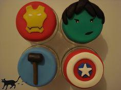 Potinhos de vidro em tampa com biscuit dos super heróis Os Vingadores. Thor, Hulk, Homem de Ferro e Capitão América. Inclui etiqueta personalizada.