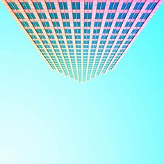 La série Candy Minimal du photographe américain Matt Crump, qui peuple son compte Instagram de compositions minimalistes douces et colorées, mêlant arc