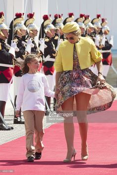 Facing the Wind like Royalty ; Queen Maxima of The Netherlands attends the International Ceremony at Sword Beach to commemorate. Royal Familie, Wind Skirt, Sexy Legs And Heels, Great Legs, Nice Legs, Mini Vestidos, Queen Maxima, Nassau, Royal Fashion