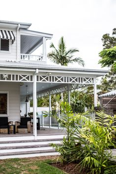 Timber facade around roof deck- Byron Bay Guide Porches, Beach Cottage Style, Coastal Style, Beach House, Coastal Living, Outdoor Spaces, Outdoor Living, Indoor Outdoor, Outdoor Life