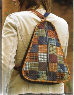 Patchwork Bag: 45 modelos y paso a paso Patchwork Bags, Quilted Bag, Diy Messenger Bag, Bag Quilt, Backpack Pattern, Backpack Tutorial, Tote Pattern, Denim Bag, Fabric Bags