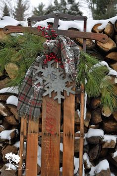 Get 10 ideas for decorating a vintage or antique sled for wintertime home decor. Bauernhaus Dekor Learn 10 ways to decorate a vintage sled. Christmas Sled, Primitive Christmas, Christmas Projects, Winter Christmas, Holiday Crafts, Christmas Holidays, Winter Porch, Primitive Snowmen, Primitive Crafts