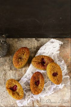 Financiers pistache griottes International Recipes, Food Styling, Doughnut, Baking Recipes, Tea Party, Cravings, Biscuits, Muffins, Berries