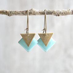 Boucles d'oreilles graphiques losanges et triangles menthe et bronze - Bijou graphique fait main - Boucles d'oreilles séquins émaillés : Boucles d'oreille par joaty
