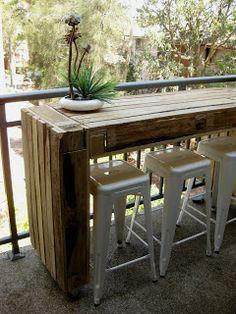 Balkontisch auf Rollen aus alten Paletten gebaut - tolle DIY Idee. #platzsparend #einfach #selbstgemacht