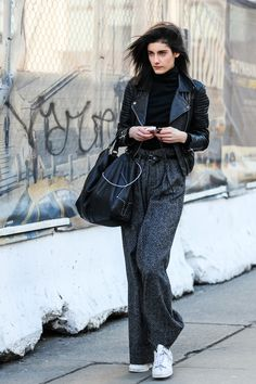 Street looks a la Fashion Week automne-hiver de New York 25 Fall Outfits, Casual Outfits, Fashion Outfits, Womens Fashion, Sneakers Looks, Women's Sneakers, Sneakers Style, Sneakers Design, White Sneakers