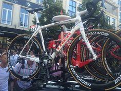 De reserve fiets van Cancellara voor de Ronde van Frankrijk. Zoals je ziet is deze film heel mooi gedecoreerd met bijvoorbeeld de helm van Spartacus. Het was op  op de Groenplaats waar ik zijn fietsen heb gezien met mijn vader en we waren echt onder de indruk.