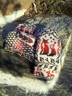 Fox Crossing Mittens pattern by Simone Kereit - OwlCat Designs