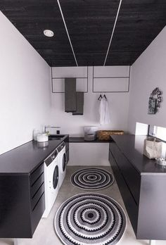 Pelkät alakaapit avartavat pientä tilaa ja modernit kuivaustelineet toimivat katseen vangitsijoina.