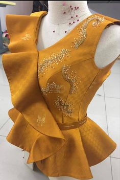 African Attire, African Wear, African Dress, Blouse Styles, Blouse Designs, Myanmar Dress Design, African Blouses, Formal Dresses With Sleeves, African Fashion Ankara