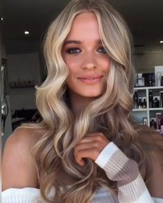 hair videos Who has serious hair envy Just take a look at this hair color idea and choose your next style! Hair Color Balayage, Blonde Color, Blonde Highlights, Natural Blonde Hair With Highlights, Natural Blonde Balayage, Bronde Hair, Hair Colour, Ombre Hair, Baby Blonde Hair