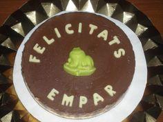 Tarta de tres chocolates, decorada con un mensaje y una ranita de chocolate! Como siempre, personalizada!