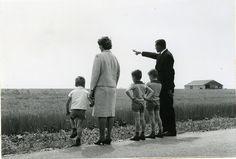 Oostelijk Flevoland. Pachter M.G.P. van Arendonk met zijn gezin op het gepachte bedrijf L 80 aan de Hanzeweg (Uitg. 1962-1963), 1964.  Fotocollectie Nieuw Land, RIJP; J. Potuyt
