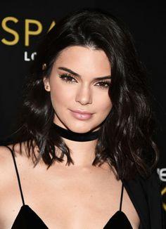 A make inspiração de hoje é da Kendall linda! Não é novidade que ela sempre arrasa nas makes, não é?♥✨ Esta é uma make bem discreta, com sobra clarinha, delineado fino e batom nude. #kendalljenner #makeup #hairstyle