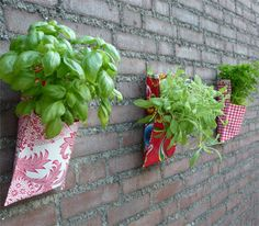 how to maken a plastic table covers plant bag Sewing Hacks, Sewing Projects, Diy Projects, Sewing Tips, Plant Bags, Plastic Table Covers, Green Life, Sewing Patterns Free, Free Sewing