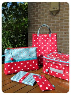 ideetjes voor toile ciree Diy Bag Making, Craft Projects, Sewing Projects, Diy Couture, Fabulous Fabrics, Needlework, Polka Dots, Gift Wrapping, Diy Crafts