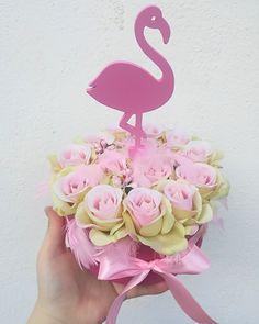 #virágfalu #rózsadoboz #virágdoboz #ballagás #flamingó #flamingolove #rózsabox #rosebox #flamingobox #pinky #toll #ajándék #asztaldísz #birthdaygift #forgirls Toll, Flower Boxes, Flowers, Window Boxes, Planter Boxes, Royal Icing Flowers, Flower, Florals, Flower Containers
