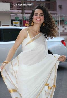 Kangna Ranaut in White Saree with Golden Border Designer Silk Sarees, Indian Designer Wear, Kerala Saree, Indian Sarees, Indian Dresses, Indian Outfits, Kasavu Saree, Handloom Saree, Moda Indiana