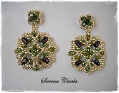 Orecchini interamente realizzati a mano con tecnica di tessitura di perline.