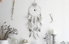 Ostara Rose . attrape-rêves croissant de lune dentelle vintage plume et rose décoration pagan sorcellerie magie .