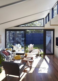 This Elsternwick Home Delights on a Narrow, Tightly Constrained Block Home Interior Design, Interior Architecture, North Facing House, Narrow House Designs, Pergola, Steel Frame House, House Extensions, Loft, Living Spaces
