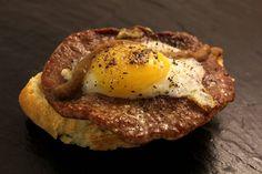 Bilbao, Berton: Txapela (medallón de solomillo con huevo frito y crema de hongos) Bilbao, Huevos Fritos, Eggs, Diet, Bar, Cooking, Breakfast, Ugly Duckling, Food