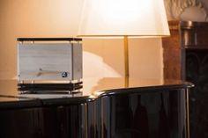 ZirbenLüfter CUBE rondo stone Schlosshotel Leopoldskron  #CUBE #Zirbe #Arve #Holz #Luftreiniger #Luftbefeuchter #Luxus #Lifestyle #Asthma #Zirbenholz #besserschlafen #Raumklima #schlafen #natur Asthma, Table Lamp, Rondo, Shades, Lighting, Classic, Home Decor, Blog, Heart Beat