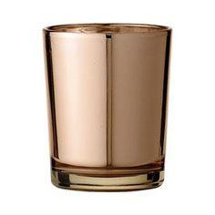 Ihana pieni lasinen tuikkuastia hehkuu kuparinsävyisenä. Tuikun halkaisija on 5,5cm ja korkeus 6,5cm.