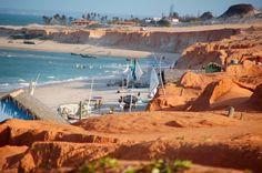 Um dos destinos mais procurados no estado do Ceará, a famosa Canoa Quebrada encanta a todos por suas paisagens exuberantes. Distante cerca de 170 km da capital Fortaleza, suas dunas e falésias avermelhadas contrastam harmoniosamente com o verde do mar. Confira!