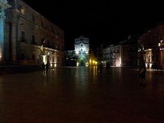 piazza Duomo e sullo sfondo la chiesa che ospita Il seppellimento di Santa Lucia del Caravaggio