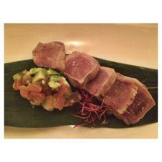 Ajoblanco: cocina creativa tapas cocktails... La personalidad de su decoración a manos de Lázaro Rosa-Violán combinada con el savoir faire de su equipo profesional sitúa a Ajoblanco como punto de referencia gastro y es que su tataki de atún es de otro. Además está en una zona perfecta para poder salir después. No os perdáis ahora la música en directo y los dj's!!#foodyingbcn #slowfood #ajoblanco #creative #cuisine #Barcelona #tuset #tataki #tuna  #tunatataki #monday#foodie by foodyingbcn
