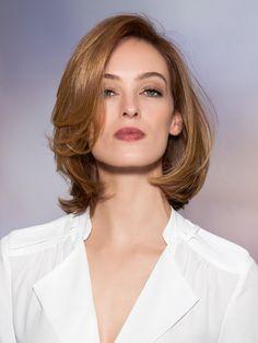 Dieser Haarschnitt für feines mittellanges Haar wirkt besonders feminin. Das Haar ist auf Seitenscheitel geschnitten und wurde via Rundbürste in der Frontpartie mit üppigen Wellen ausgestattet.Die aktuellen Trendfrisuren gibt es hier - für alle Längen, auch mittellang!