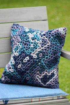 Wiggly crochet is a technique that has been around for a very long time. Crochet Pillow Cases, Crochet Cushion Cover, Crochet Pillow Pattern, Crochet Cushions, Crochet Quilt, Crochet Art, Crochet Home, Knit Or Crochet, Crochet Crafts