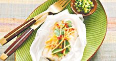 Steamed asian style fish: 16 kaffir lime leaves 4 white fish fillets or cutlets  40g (1/4 cup) julienne ginger 2 tablespoons coriander leaves 2 tablespoons sweet chilli sauce 2 teaspoons fish sauce Lime juice, to serve Coriander leaves, extra, to serve