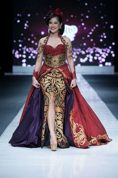 Latest Gowns from Jakarta Fashion Week 2012 Design by Anne Avantie Photography by Hermawan (Getty) J akarta Fashion Week is Indonesia's annu. Batik Kebaya, Kebaya Dress, Batik Dress, Kebaya Lace, Kebaya Brokat, Indonesian Kebaya, Indonesian Women, Collection Eid, Model Kebaya Modern