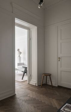 Simple luxury and the perfect dark floors in this apartment for sale (Pella Hedeby – Stilinspiration) Minimal Home, Minimal Chic, Large Round Dining Table, Interior Wall Colors, Stockholm Apartment, Bright Homes, Dream Apartment, Apartment Ideas, Flooring Options