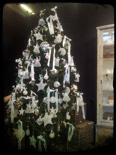 arbol navidad bolas y estrellas blancas