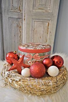 Christmas straw wreath / Vianočná ozdoba so slameným vencom a dózou na vianočné pečivo Christmas Bulbs, Holiday Decor, Home Decor, Christmas Light Bulbs, Homemade Home Decor, Interior Design, Home Interiors, Decoration Home, Home Decoration