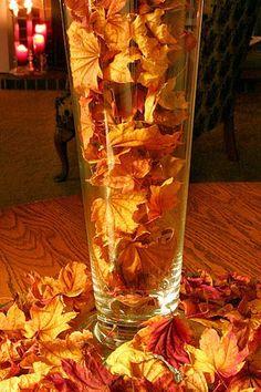 Decorações em tons terrosos - inspire-se no outono! Disseque folhas e flores entre páginas de livros de papel manteiga por uma semana e depois coloque-as em vasos de vidro ou porta retrato.