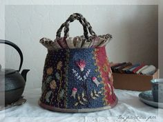 This bag would make an awesome craft tote - love the pleating around the rim. Only the picture for Inspiration. Sakura, Patch Design, Kokoro, Fun Crafts, Bucket Bag, Sewing Projects, Patches, Cecile, Embroidery