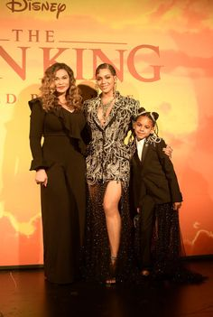 """""""Family at The Lion King premiere 🦁👑"""" Beyonce Cochella, 4 Beyonce, Beyonce Family, Beyonce Knowles Carter, Beyonce Style, Beyonce And Jay Z, Ariana Grande, Tina Knowles, Carter Family"""