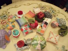 Pictures of pincushions from SLC Modern Quilt Guild exchange, Heber Valley Quilters exchange and the blogger's personal collection. No patterns, but a lot of inspiration. On Quilting Board at http://www.quiltingboard.com/t-138779-1.htm